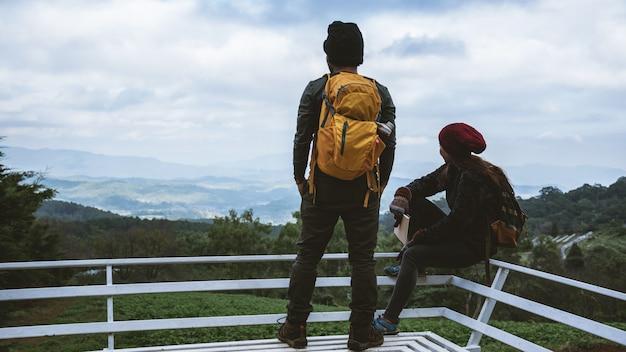 Casal no ponto de vista da montanha natural.