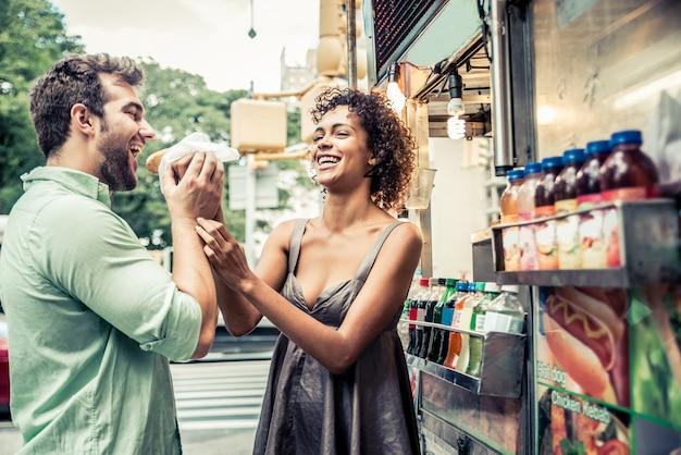 Casal no quiosque em nova york
