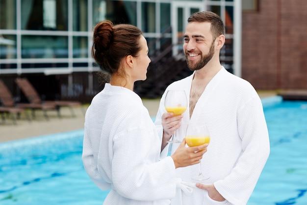 Casal no spa resort