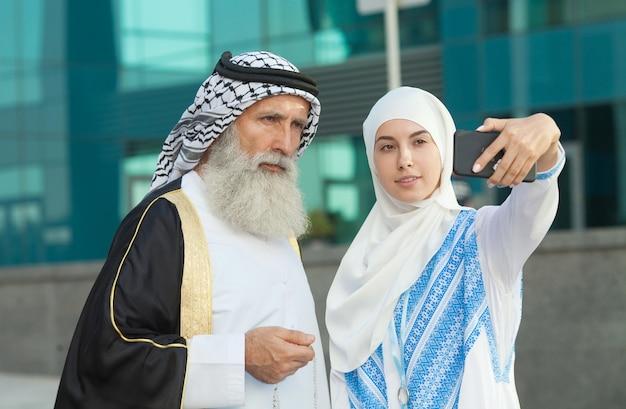 Casal nos emirados tirando fotos ou selfie