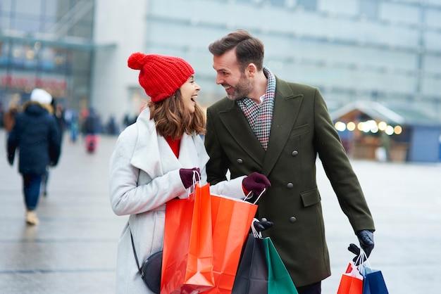 Casal olhando algumas sacolas de compras