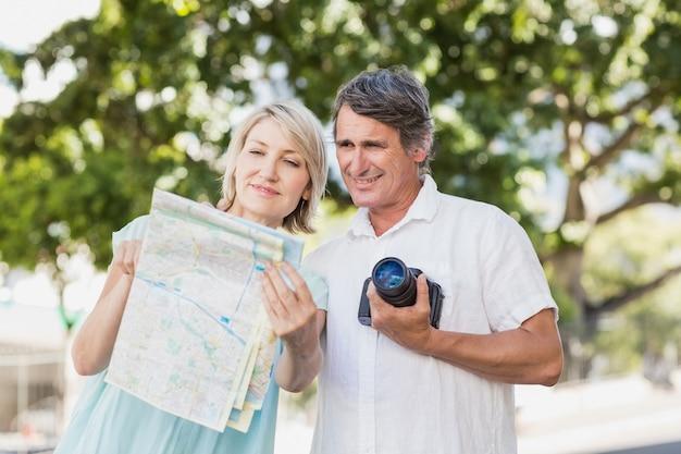 Casal olhando o mapa na cidade