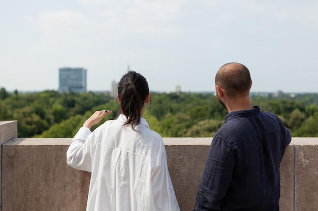 Casal olhando para a vista da cidade metropolitana