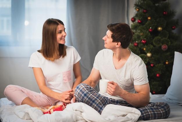 Casal olhando um ao outro na cama