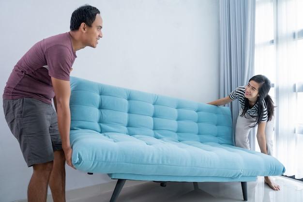 Casal organizar a sala de estar