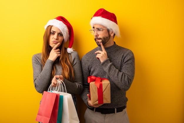 Casal ou amigos segurando presentes e sacolas de compras duvidando e confuso