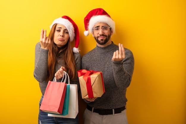 Casal ou amigos segurando presentes e sacolas de compras, fazendo um gesto de necessidade