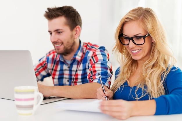 Casal pagando contas em casa