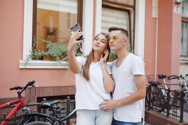 Casal parado em uma cidade com telefone celular