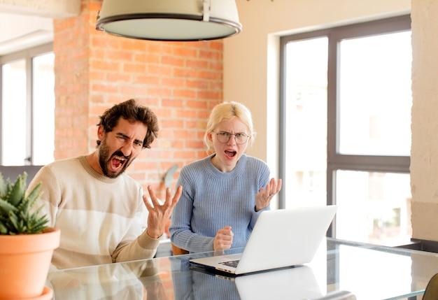 Casal parecendo zangado, irritado e frustrado gritando wtf ou o que há de errado com você