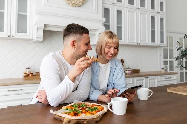 Casal passando bons momentos juntos em casa