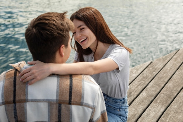 Casal passando um tempo juntos ao ar livre