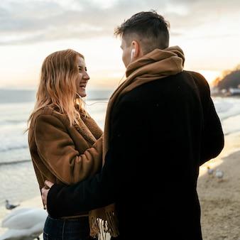 Casal passando um tempo na praia no inverno