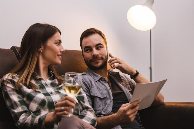 Casal pedindo comida de casa via celular
