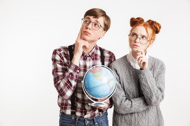 Casal pensativo de nerds da escola
