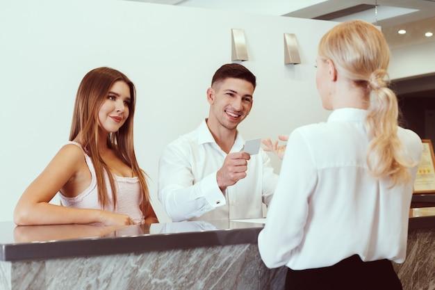 Casal perto da recepção do hotel