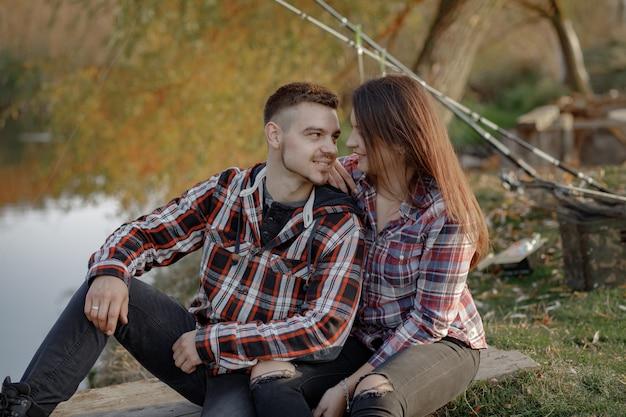 Casal perto do rio em uma manhã de pesca
