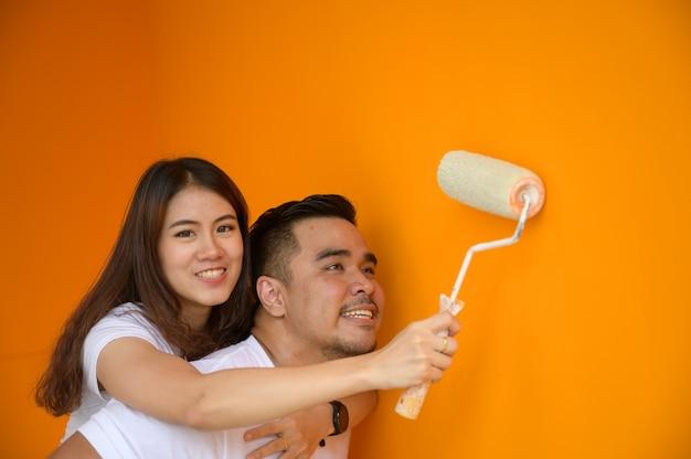 Casal pintando a parede, adorável conceito