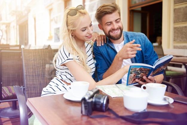Casal planejando a viagem no café