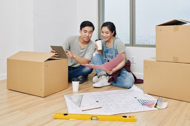 Casal planejando reforma de apartamento