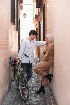 Casal posando com bicicleta ao ar livre