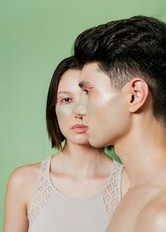 Casal posando com rostos pintados