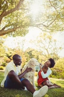 Casal posando com um cachorro
