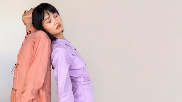 Casal posando de costas um para o outro