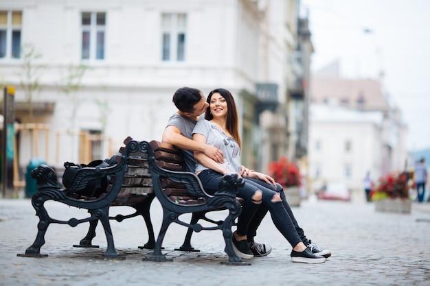 Casal posando nas ruas de uma cidade europeia no clima de verão.