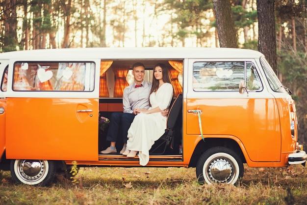 Casal positivo sentado em um carro