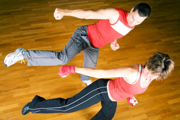 Casal praticando artes marciais
