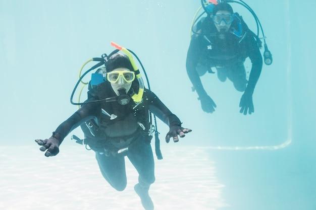 Casal praticando mergulho juntos