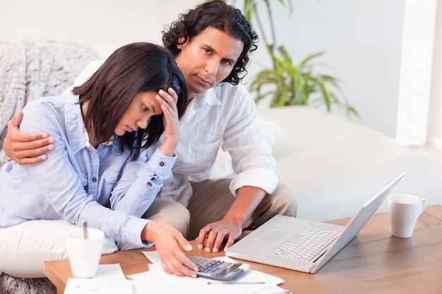 Casal preocupado com suas finanças
