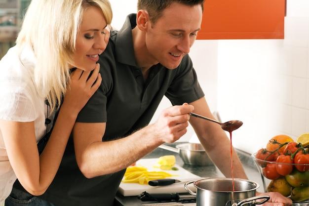 Casal preparando comida juntos