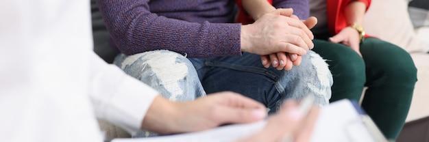 Casal problemático na recepção e close do psicólogo