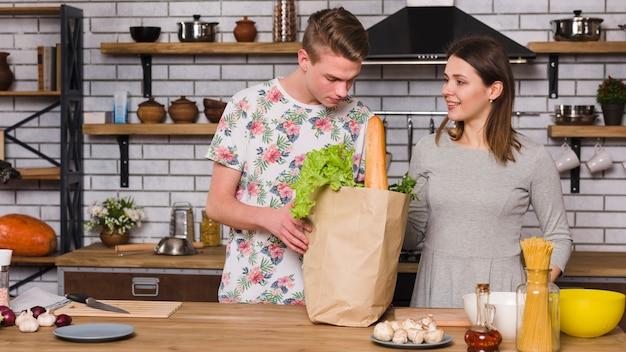 Casal pronto para cozinhar juntos na cozinha