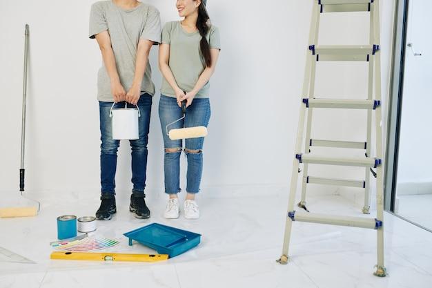 Casal pronto para pintar paredes