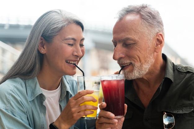 Casal próximo com bebidas