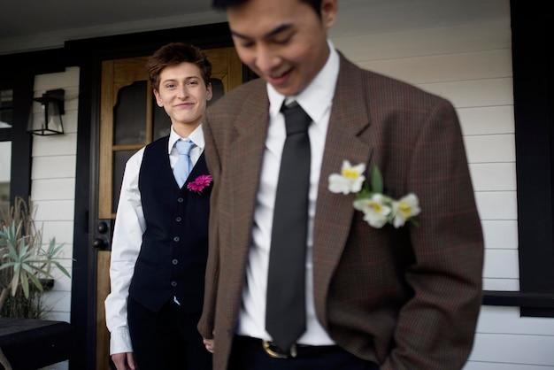 Casal próximo pronto para o baile