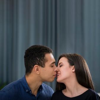 Casal quase se beijando com espaço de cópia