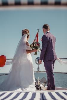 Casal recém-casado em iate