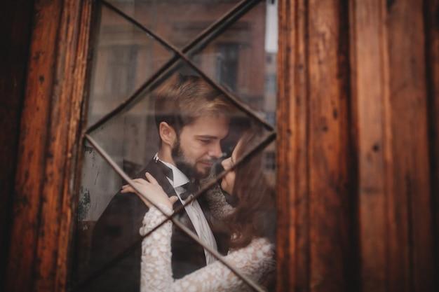 Casal recém-casado feliz abraçando e beijando
