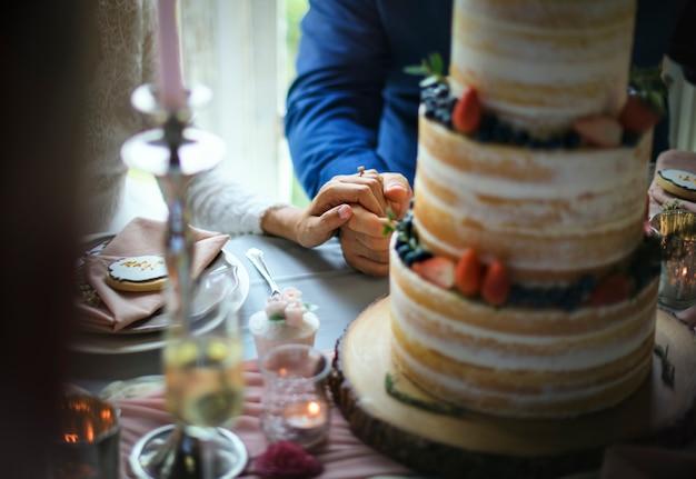 Casal recém-casado, segurando as mãos juntas
