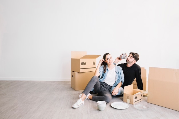 Casal relaxando com caixas móveis