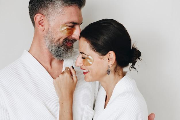 Casal relaxando com tratamento de máscara de olho dourado