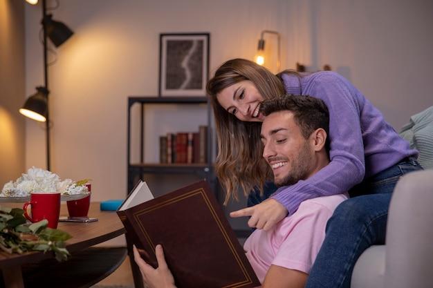 Casal relaxando em casa na sala de estar