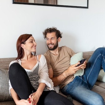 Casal relaxando juntos no sofá