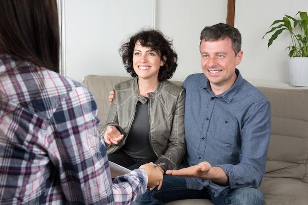 Casal reunião agente imobiliário para ter chave de propriedade