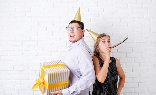 Casal rindo celebrando festa de aniversário