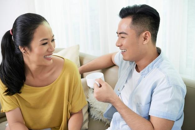Casal rindo com café